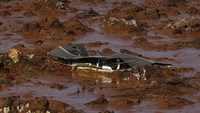 Families of missing mine disaster victims losing hope