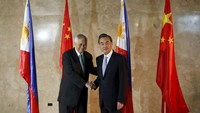 China FM visits Philippines amid territorial disputes