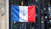 Paris residents fly national flags in solidarity after attacks