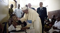 Pope calls for peace in Central African Republic