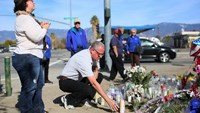 Mourners gather around a makeshift memorial in honor of victims following Wednesday's attack in San Bernardino, California December 5, 2015. Photo: Reuters/Sandy Huffaker