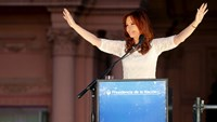 Crowds gather to support outgoing Argentine leader