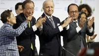 From L-R, Christiana Figueres, Executive Secretary of the UN Framework Convention on Climate Change, United Nations Secretary-General Ban Ki-moon, French Foreign Affairs Minister Laurent Fabius, President-designate of COP21 and French President Francois Hollande applaud during the final plenary session at the World Climate Change Conference 2015 (COP21) at Le Bourget, near Paris, France, December 12, 2015. Photo: Reuters/Stephane Mahe