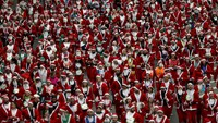 Thousands of Santas and elves race through Madrid