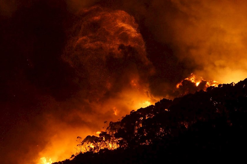A bushfire burns at Wye River near Lorne, south of Melbourne, December 25, 2015. REUTERS/Keith Pakenham/