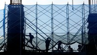 Men work at a construction site of a shopping mall and apartment in Hanoi October 30, 2014. Photo: Reuters/Kham