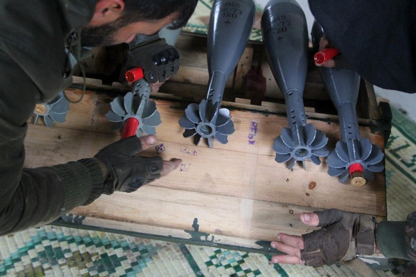 Free Syrian Army fighters prepare shells before firing them towards Islamic State fighters in the northern Aleppo countryside, Syria, January 18, 2016. Photo: Reuters/Abdalrhman Ismail