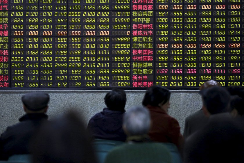 Investors look at an electronic board showing stock information at a brokerage house in Shanghai, China, in this January 14, 2016 file photo. Photo: REUTERS/Aly Song/Files