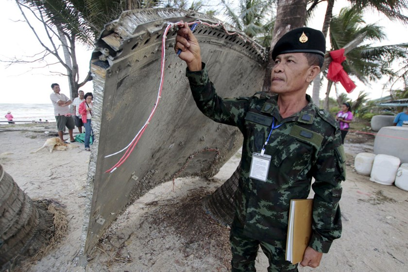 Thai army soldier inspects a piece of suspected plane wreckage which has been found off the coast of southern Thailand in Nakhon Si Thammarat province, January 24, 2016. Photo: REUTERS/Surapan Boonthanom