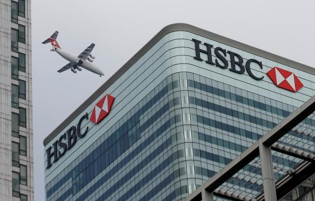 A Swiss International aircraft flies past the HSBC headquarters building in the Canary Wharf financial district in east London February 15, 2015. Photo: Reuters