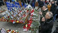 Kiev protesters still angry over Crimea attack Russian banks