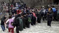 Desperate migrants pin hopes on river crossing