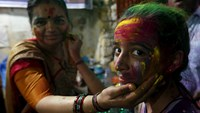 Pakistan's Hindus make a splash at festival of colors
