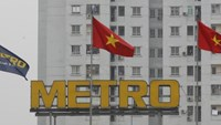 Vietnamese flags and a Metro flag fly at Metro supermarket in Vietnamese capital of Hanoi on April 11, 2016. Photo: Reuters/Kham