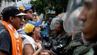 Anti-Maduro protesters face-off with Venezuelan police