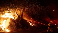 Tens of thousands flee Southern California wildfire
