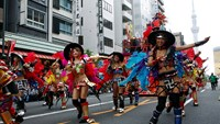 Thousands of Japanese samba through Tokyo
