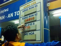 An employee of a gasoline station in Ho Chi Minh City changes listed prices / PHOTO COURTESY OF VNEXPRESS