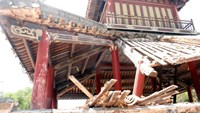 Royal pavilion partly collapse in Vietnam UNESCO heritage site