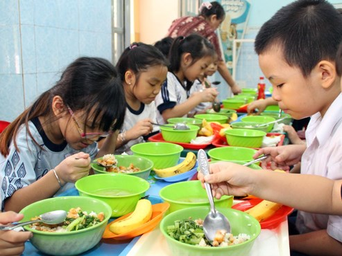 Elementary students have lunch at a school in Tan Phu District, Ho Chi Minh City. Photo credit: Tuoi Tre