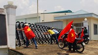 In this picture taken on May 14, 2014, protesters holding Vietnamese flags attempt to push down the front gate of a factory in the southern province of Dong Nai, as anti-China demonstrations on May 15 spread to 22 Vietnamese provinces. Photo: AFP