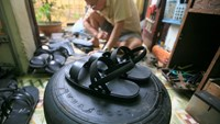 Retiree revives iconic tire sandals in Hanoi