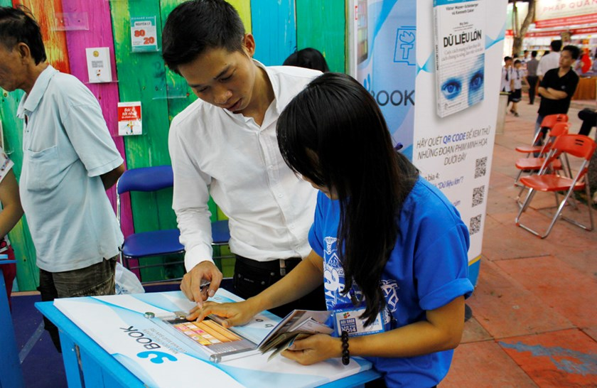 A girl checked the website of e-book publisher Ybook at the Ho Chi Minh City Book Fair held in March. Photo credit: TTVH