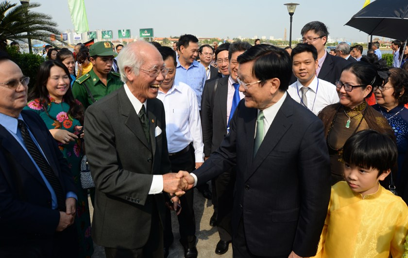 President Truong Tan Sang (R) greeted overseas Vietnamese during a meeting in February. Photo: Diep Duc Minh
