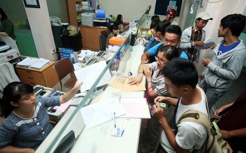 Students pay tuition at HCMC University of Industry. Photo: Dao Ngoc Thach