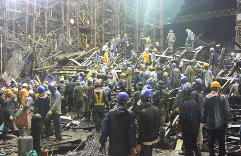 Rescuers clear the rubble of a scaffolding that collapsed in the central province of Ha Tinh on March 25, killing 13 and injuring 28. Photo: N.Dung