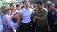 Nguyen Thanh Chan (C) has made headlines in Vietnam since April 2014 when he had his name cleared after serving 10 years as part of a life sentence for murder. Photo credit: Lao Dong