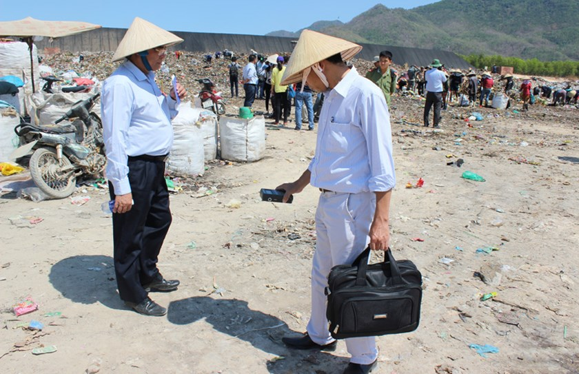 A search for a radioactive capsule at a dumping site in the southern province of Ba Ria-Vung Tau. The container of highly radioactive cobalt-60 was believed to be missing from a local steel mill since January. Photo: Nguyen Long