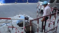 Blind lottery ticket seller falls into manhole in downtown Ho Chi Minh City