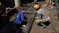 Laborers work at a construction site in Hanoi. Photo: Bloomberg