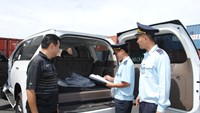 Customs officers of a Saigon Port in Ho Chi Minh City check an imported car. Photo credit: Vietnam customs' news website