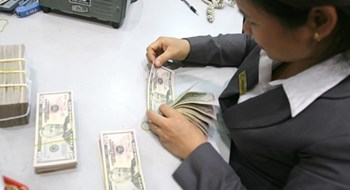 Central bank holds firm to exchange rate stabilising plan, ready to sell forex