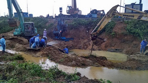 Workers repairing a main water pipe in Hanoi on July 21, 2015. This is the 11th time the pipe which provides clean water for around 70,000 families in the capital city have broken again in the past three years. Photo credit: VnExpress/Nhat Quang
