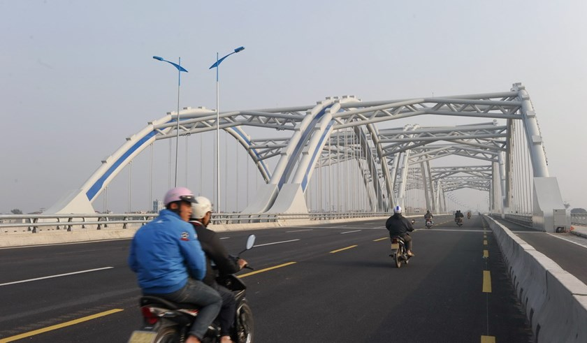 Motorcyclists ride on a newly built bridge on a road linking Hanoi with northern Vietnamese provinces in the suburbs of Hanoi. Photo: AFP