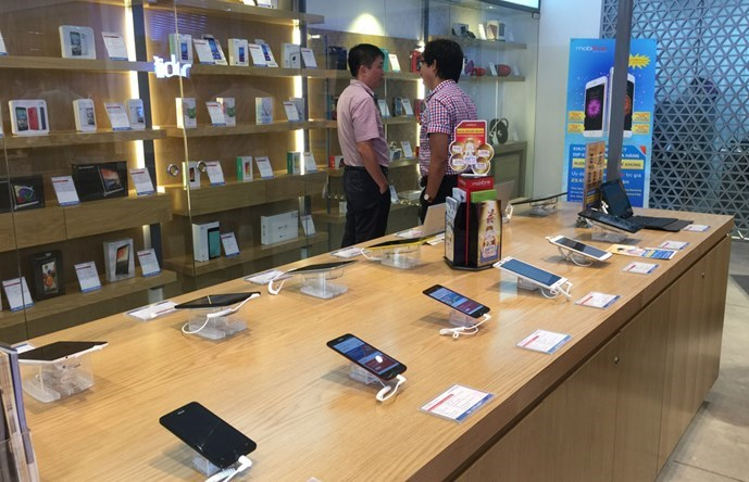 Smartphone shelves seen inside the first outlet of MobiFone. Photo: Thanh  Luan