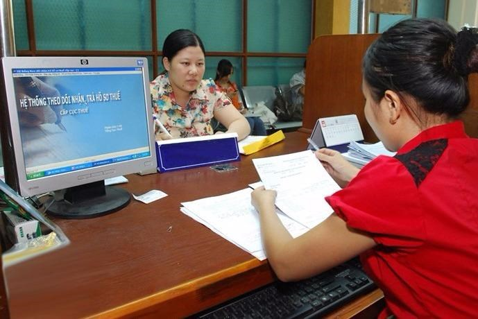 A representative of a business submits its application for tax refunds. Photo: Ngoc Thang