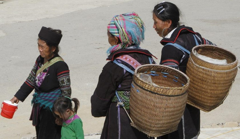 Handicraft vendors wait for customers in the northern resort town of Sapa. Photo: Reuters