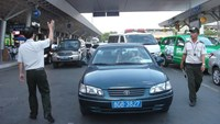 A state-owned car parks in the middle of a lane in front of Tan Son Nhat Airport's domestic terminal on November 20. Photo credit: Saigon Times Online