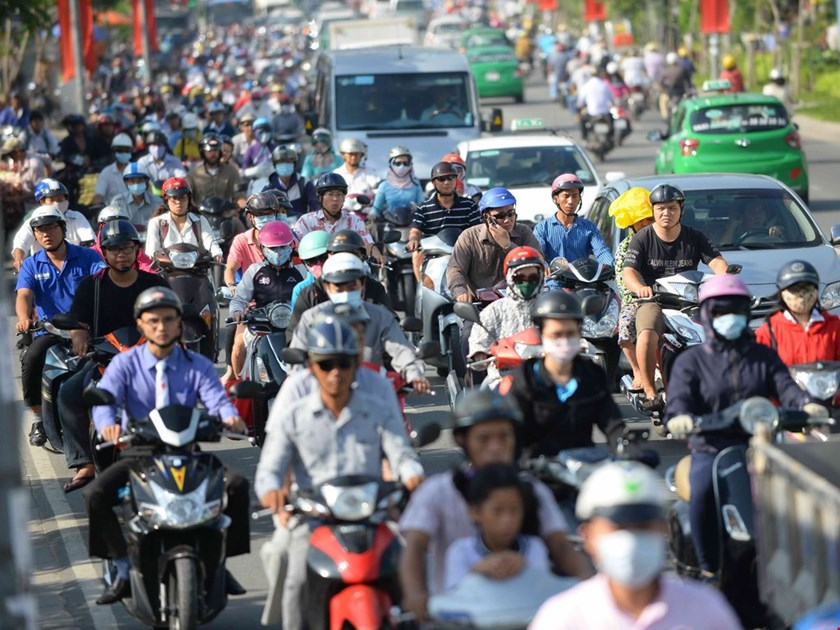 Motorbikes and cars move on a Ho Chi Minh City street. Photo: Diep Duc Minh