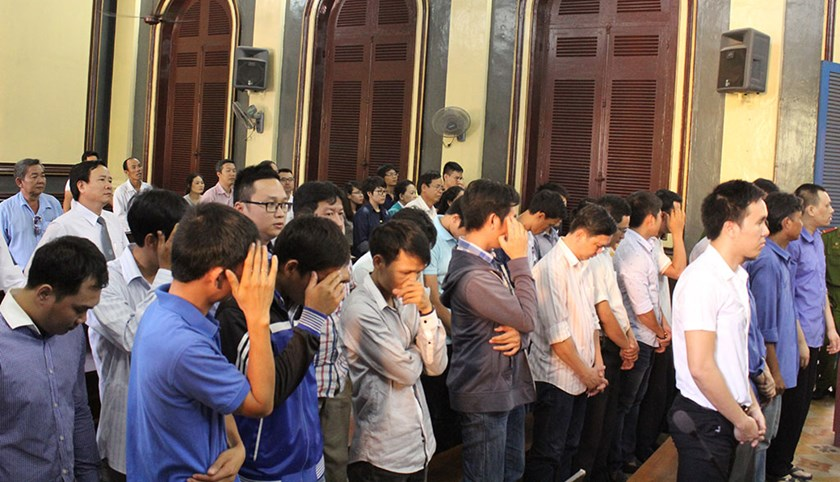 7 people stand a trial in Ho Chi Minh City on January 7 for trading in stolen information of more than 1.1 million credit cards worldwide. Photo credit: Tuoi Tre