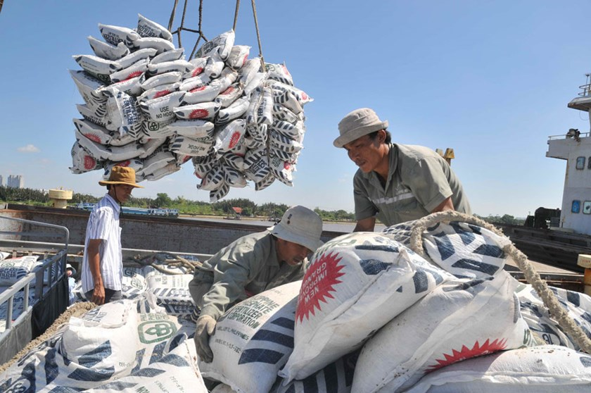 Vietnamese workers load sacks of rice at a local seaport. Photo: Diep Duc Minh