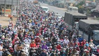 A traffic jam on the National Road 1A's section in the Mekong Delta province of Tien Giang on April 30. Photo: V.V