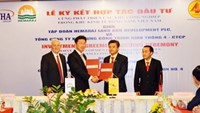 Officials of Thailand's Hemaraj Pcl. and Vietnam's state-run construction company Cienco 4 sign an investment agreement on developing industrial parks at the Dong Nam Economic Zone in Nghe An Province on May 4, 2016. Photo credit: Nghe An Province's website