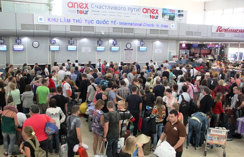 A file photo of foreign tourists crowding an international check-in area at Cam Ranh Airport in Khanh Hoa Province. Photo: Nguyen Chung