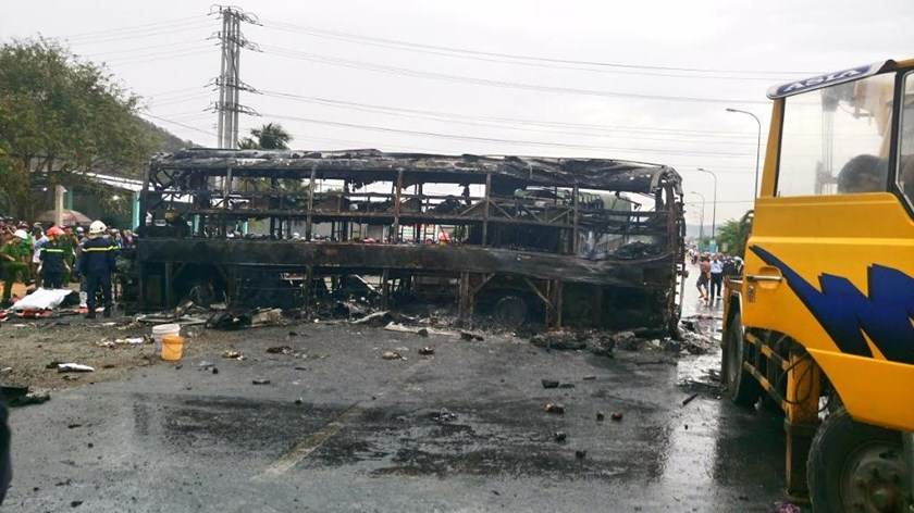 One of the sleeper buses which were burned down after a head-on collision in the central province of Binh Thuan on May 22, 2016. The accident killed 13 and injured 40. Photo: Que Ha/Thanh Nien