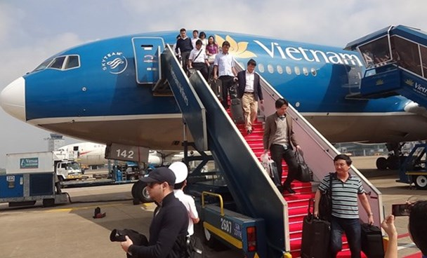 A file photo of passengers leaving Vietnam Airlines aircraft at a Vietnamese airport. Photo: Mai Vong/Thanh Nien